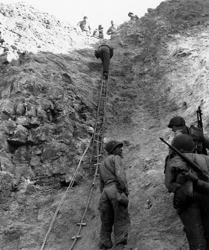 Amerykańscy Rangersi z mozołem wspinają się na Pointe du Hoc. Przyczółek udało się ostatecznie zdobyć (6 czerwca 1944).