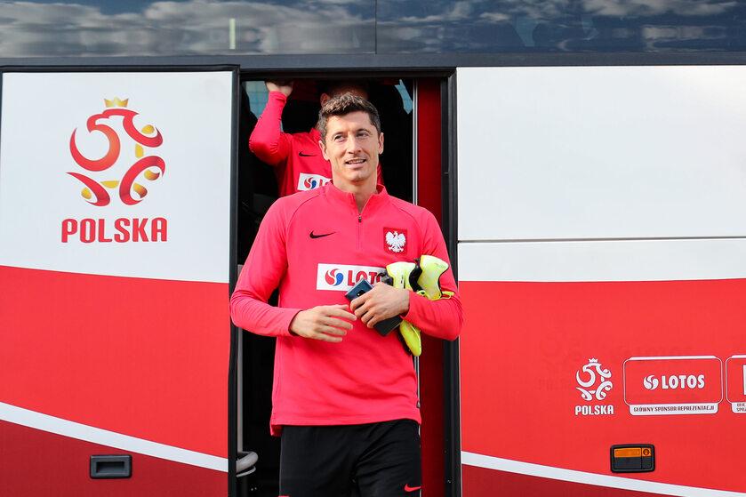 Robert Lewandowski wysiada z reprezentacyjnego autobusu