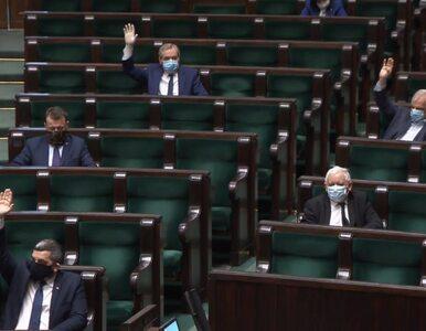 Politycy zaczęli chodzić w maseczkach. Twarz zakrywają prezydent,...