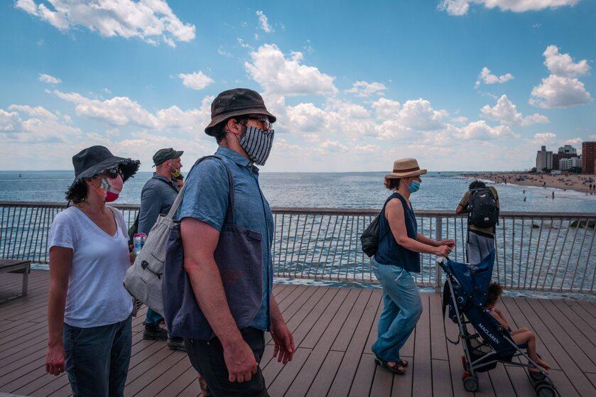 Przechodnie na półwyspie Coney Island w Nowym Jorku