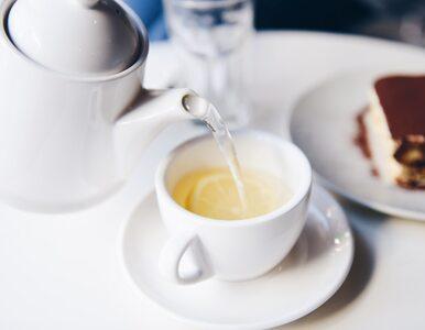 Lubisz białą herbatę? Oto korzyści, jakich doświadczysz, pijąc ten napój
