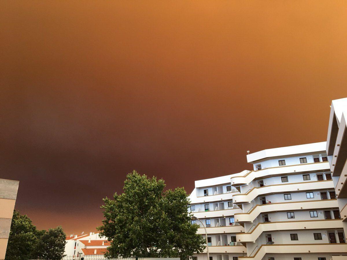 Brunatne niebo nad miastem Albufeira na południu Portugalii