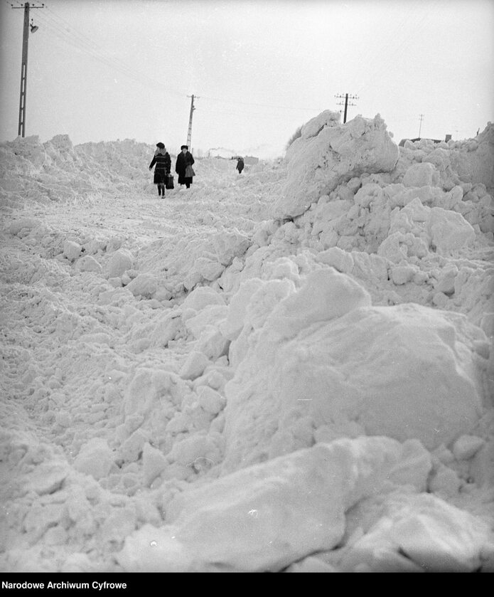 Droga z hałdami śniegu w okolicy Starych Babic