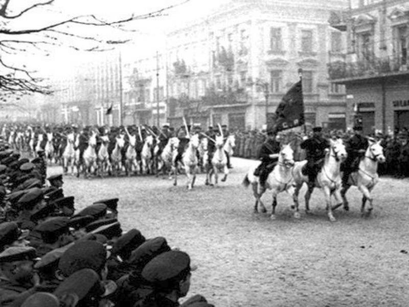 Defilada kawalerii sowieckiej po kapitulacji Lwowa Wały Hetmańskie obok Grand Hotelu