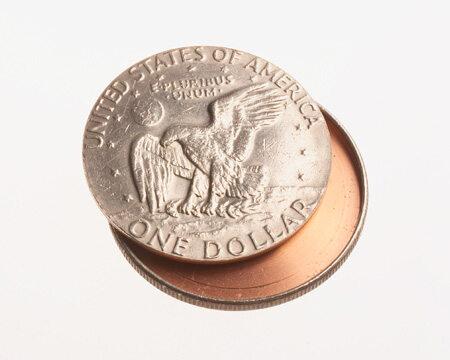 Wydrążona moneta dolarowa, w której ukryć można było m.in. mikrofilm (fot.CIA)