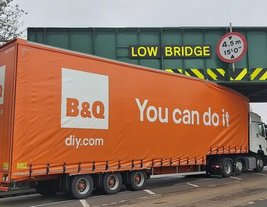 """Ciężarówka z napisem """"Dasz radę"""" nie dała rady. Zdjęcia hitem internetu"""