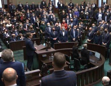 Posłowie wstali, potem część usiadła. Awantura w Sejmie o uczczenie...