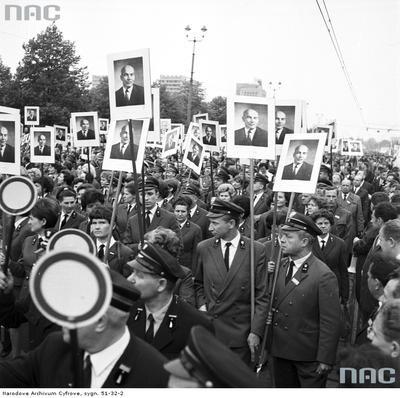 Umundurowani pracownicy Polskich Kolei Państwowych z podobiznami Władysława Gomułki podczas pochodu na ul. Marszałkowskiej. (1968 r.)(fot. NAC)