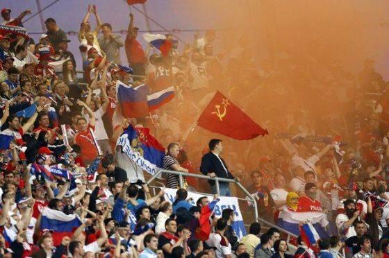 W sieci krążą także zdjęcia ukazującego rosyjskich kibiców i komunistyczne symbole
