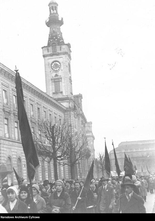 Wiec Polskiej Partii Socjalistycznej w Warszawie podczas obchodów święta 1 Maja (1 V 1931 r.). Pochód ze sztandarami na placu Teatralnym