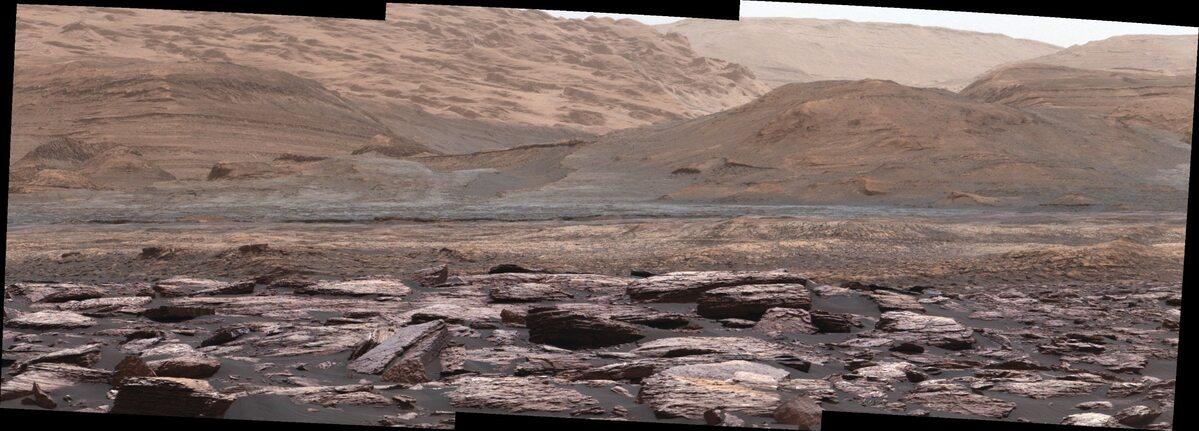 Różne kolory skał na górze Sharp