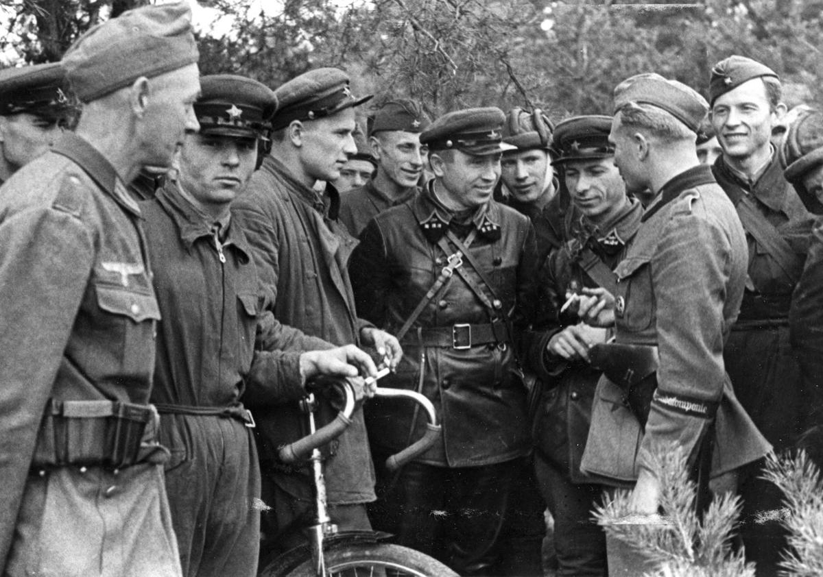 Żołnierz 689. kompanii propagandowej Wehrmachtu rozmawia z dowódcami 29 brygady pancernej Armii Czerwonej
