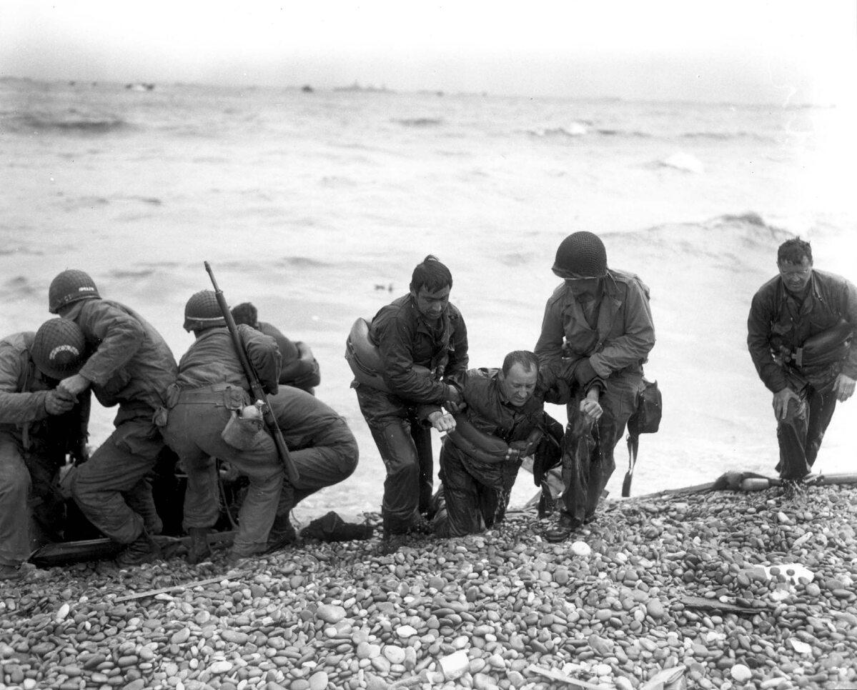 Pomoc rannym. Żołnierze ze zdjęcia walczyli w obrębie plaży Utah (6 czerwca 1944).