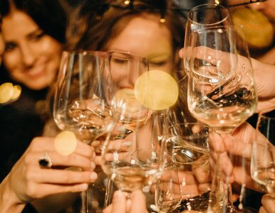 Oto, dlaczego nie powinno się pić alkoholu przed szczepieniem na COVID i...