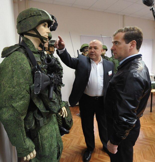 Miedwiediewowi zaprezentowano nie tylko broń ale również uniformy (fot. EPA/ALEXANDER ASTAFYEV / RIA NOVOSTI/PAP)
