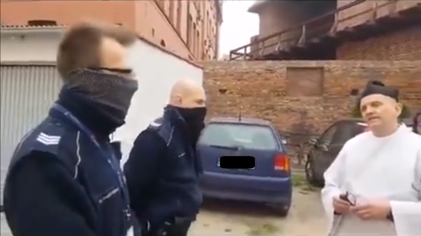 Ks. Piotr Woźnicki podczas rozmowy z policjantami