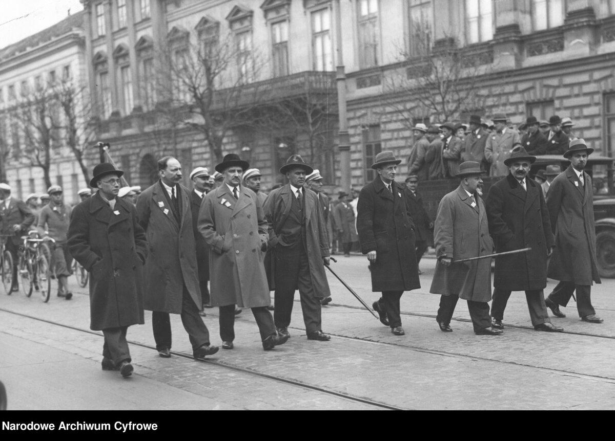 Wiec Polskiej Partii Socjalistycznej w Warszawie podczas obchodów święta 1 Maja (1 V 1931 r.). Na samochodzie ciężarowym towarzyszy pochodowi milicja partyjna