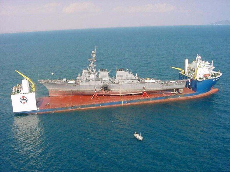Ten sam okręt, MV Blue Marlin, transportuje wojskowego USS Cole, który został ciężko uszkodzony przez Al-Kaidę podczas ataku terrorystycznego 12 października 2000 r. w Jemenie.
