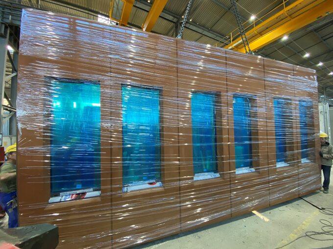 Dużą popularnością cieszą się wysoko wykończone produkty takie jak ściany warstwowe zwykończoną elewacją izamontowanymi oknami.