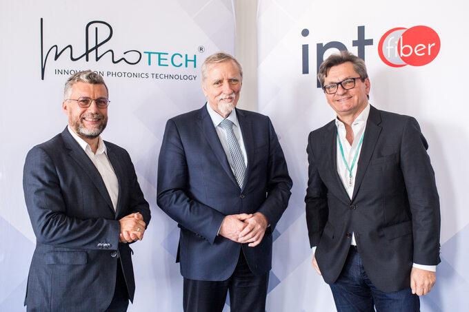 Od lewej: Tomasz Nasiłowski – prezes zarządu InPhoTech, Wojciech Kamieniecki – dyrektor NCBR, Krzysztof Witoń – prezes zarządu IPT Fiber