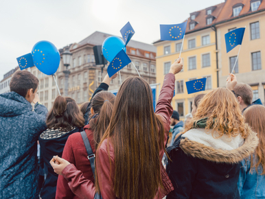 """Najnowszy sondaż. Większość Polaków chce pozostać w UE. """"Polexit..."""