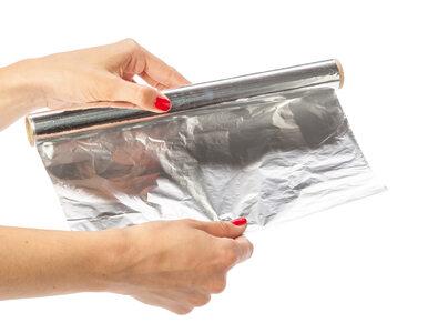 Czy aluminium w kuchni szkodzi zdrowiu? Lepiej zrezygnuj z tacek i folii