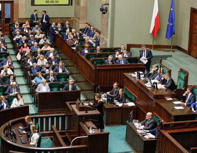Sejm debatował nad nowelizacją ustawy o IPN. Blokada mównicy i...