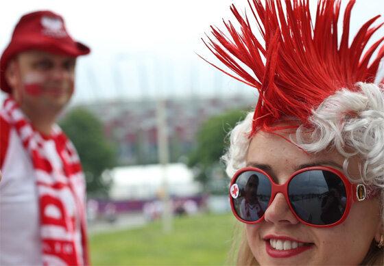 ...na meczu nie można było się pokazać bez biało-czerwonego stroju (fot. PAP/Rafał Guz)