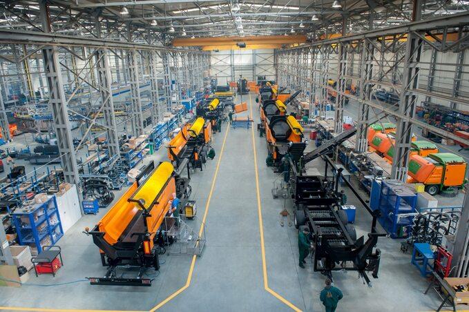 Licząca blisko 2300 osób kadra Pronaru produkuje maszyny przeznaczone dlarolnictwa, recyklingu, usług komunalnych ileśnictwa. Nazdj. montaż maszyn recyklingowych