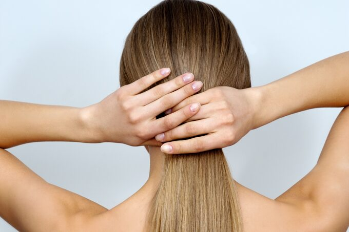 Osłabione włosy – jak poradzić sobie ztym problemem?