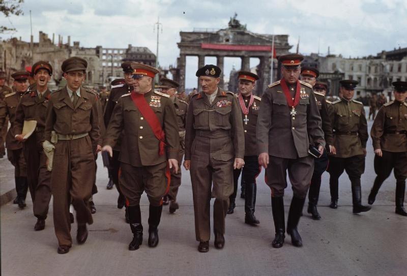 Brytyjski marszałek Montgomery między dwoma marszałkami Związku Radzieckiego: Żukowem i Rokossowskim (Berlin, przed Bramą Brandenburską, 12 lipca 1945 r.)