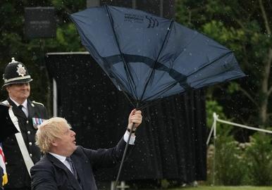 Boris Johnson nie radził sobie z parasolką. Bezcenna reakcja księcia Karola