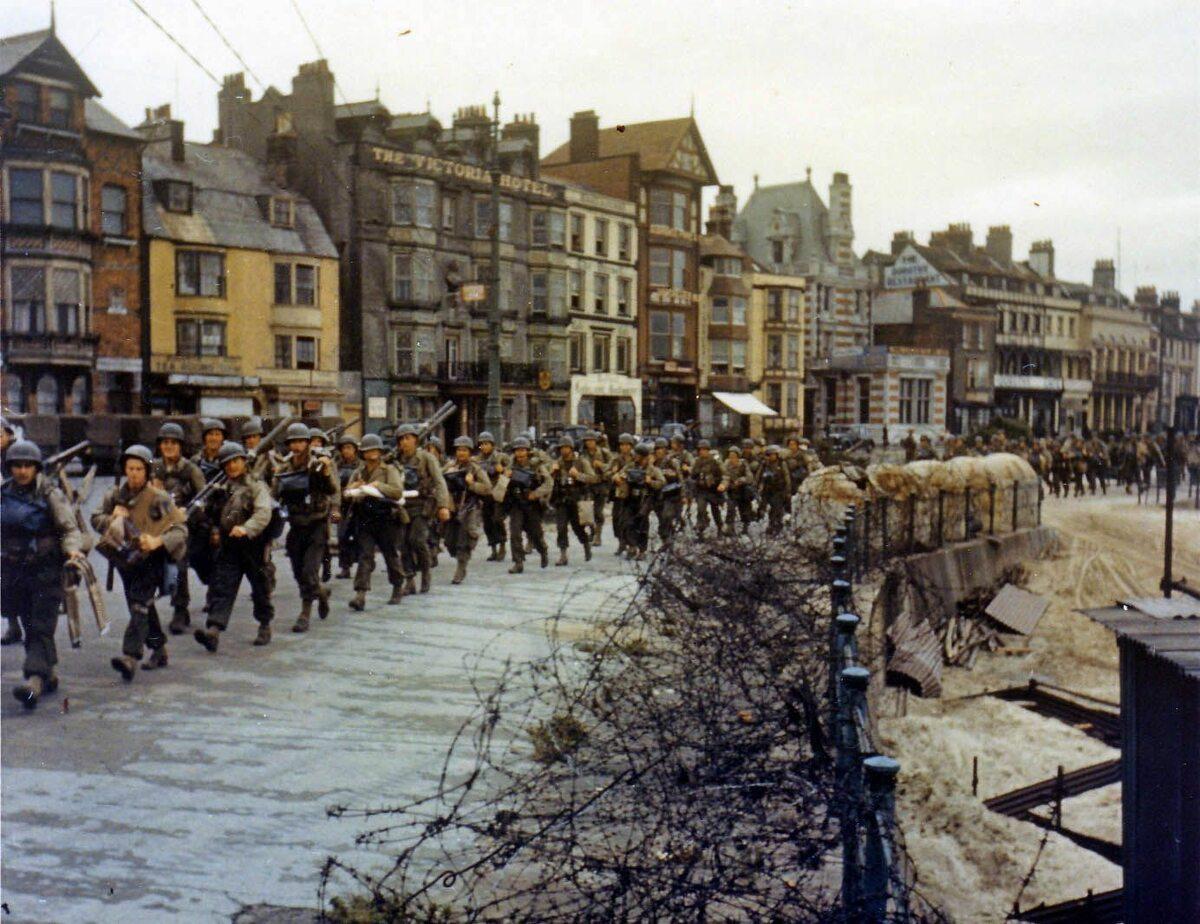 Przygotowania. Żołnierze amerykańscy maszerują w kierunku doków w Weymouth, gdzie wejdą na barki desantowe (czerwiec 1944).