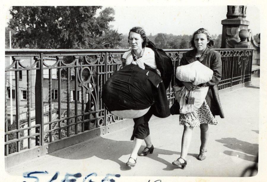 Wacława Jadziak i jej córka Janina uciekają przez Most Poniatowskiego. Mają z sobą tylko niewielki dobytek, w tym materac