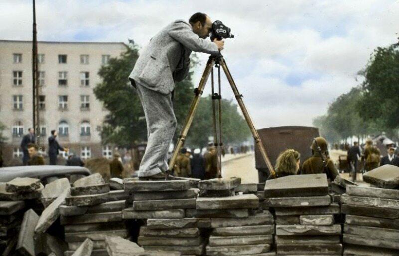 Julien Bryan, amerykański fotografik i filmowiec, autor wielu zdjęć umieszczonych w tej galerii, był świadkiem bohaterstwa i cierpień mieszkańców stolicy we wrześniu 1939 r. Tutaj widoczny jest w trakcie filmowania, stoi na barykadzie ustawionej na ul. Fi