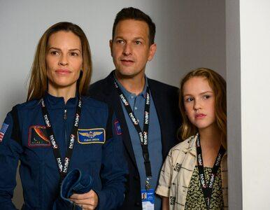 """Netflix ogłasza nowy serial """"Rozłąka"""" z Hilary Swank w roli astronautki...."""