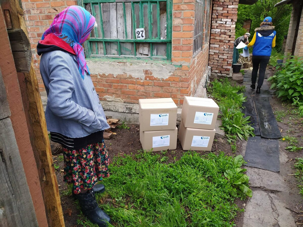 Ukraina. Dystrybucja paczek dla seniorow