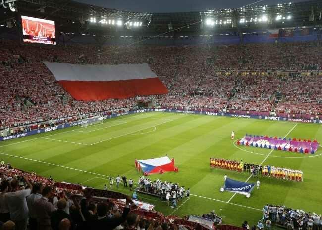 """Na trybunach 30 tysięcy Polaków i ogromna """"sektorówka"""". Cel - zwycięstwo (fot. EPA/ARMANDO BABANI/PAP)"""