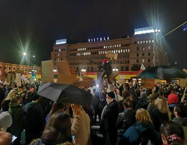 W całym kraju trwają protesty przeciwko wyrokowi TK. Demonstrujący...