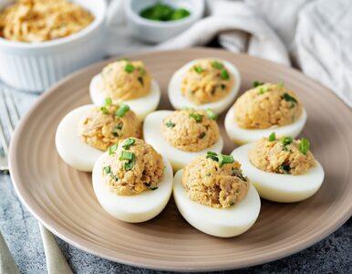 Jajka faszerowane to danie obowiązkowe na wielkanocnym stole. Poznaj...