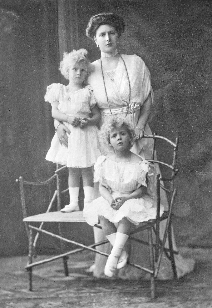 Księżna Alicja Battenberg zdwójką swoich dzieci, Małgorzatą iTeodorą