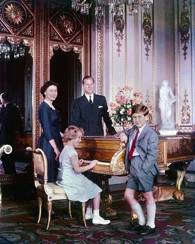 Książę Filip na zdjęciu z Elżbietą II, księciem Karolem i księżniczką Anną w 1957 roku