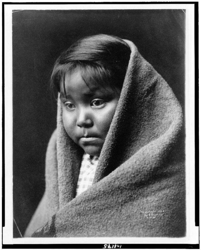 """""""Dziecko pustyni"""". Mała Indianka z plemienia Nawaho, 1904 rok"""