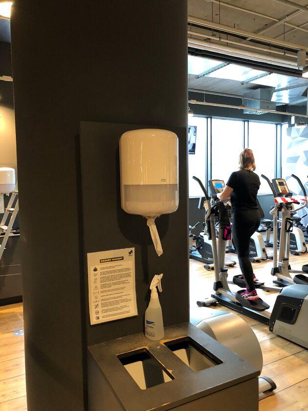 Siłownia 6 czerwca, tuż po otwarciu właściciele siłowni/klubów fitness powinni zorganizować pracę z uwzględnieniem systemu zmianowego i rotacyjnego. Zaleca się ograniczenie korzystania przez pracowników z przestrzeni wspólnych, w tym: wprowadzenie różnych godzin przerw, zmniejszenie liczby pracowników korzystających ze wspólnych obszarów w danym czasie.