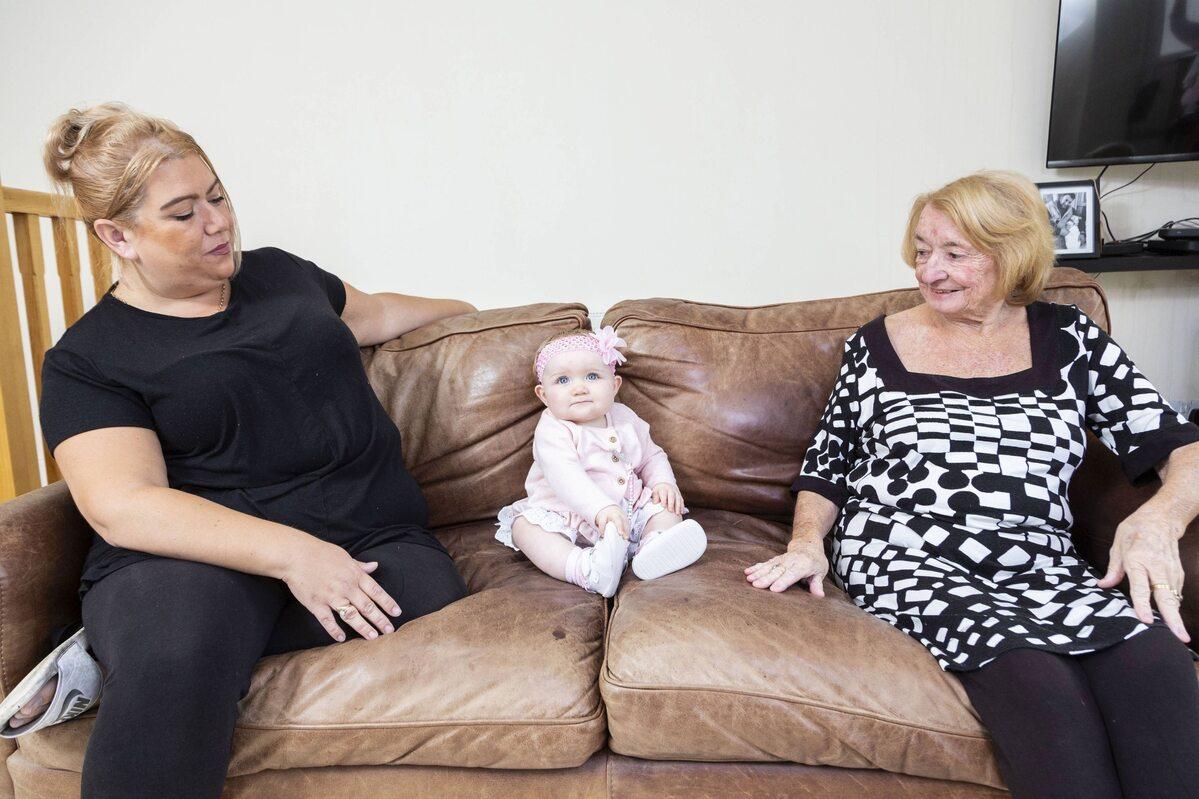 37-letnia babcia i 73-letnia praprababcia z małą Eloise