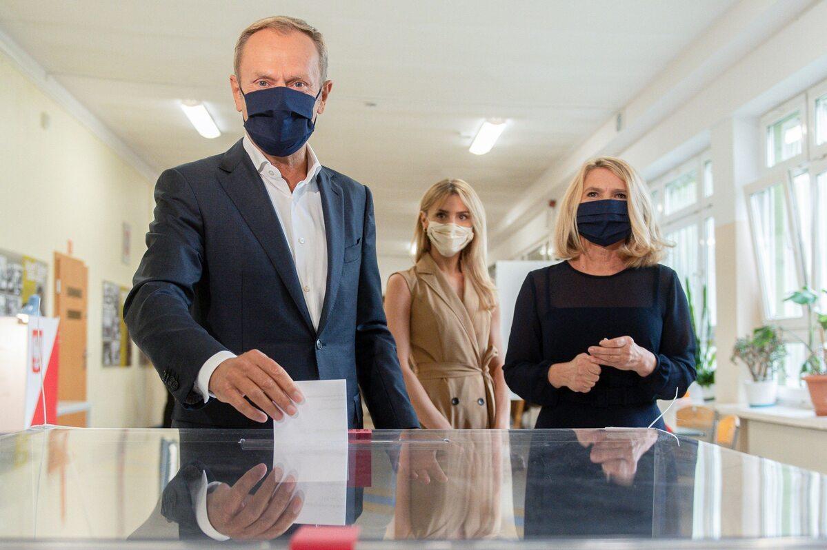 Donald Tusk głosował w towarzystwie żony i córki