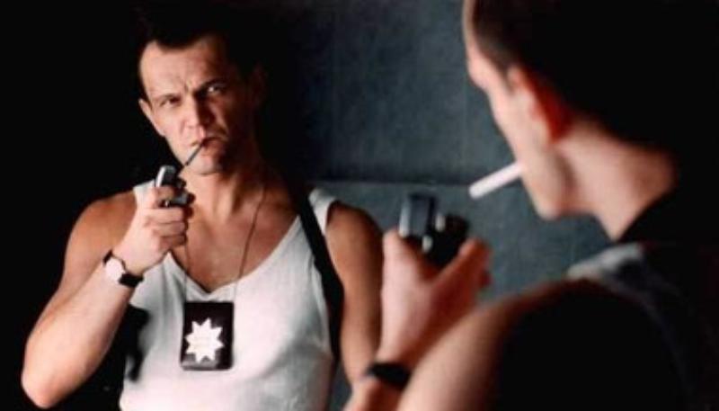 """Cezary Pazura w filmie """"Kiler"""" (1997)"""