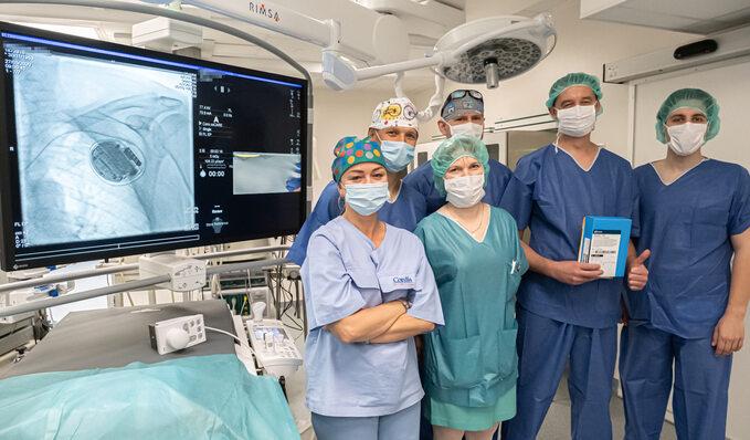 Zespół Kliniki Kardiologii WUM przeprowadzający pierwszy w Polsce zabieg wszczepienia defibrylatora skonfigurowanego ze smartfonem