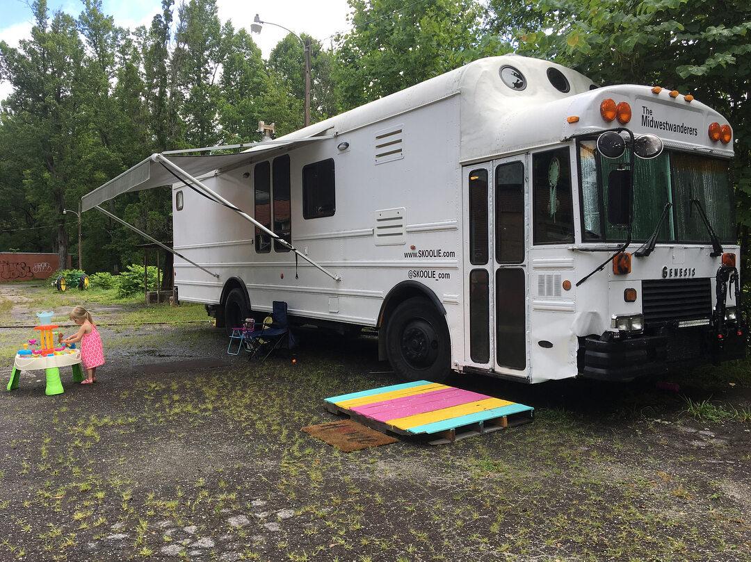 Autobus szkolny przerobiony na mieszkanie