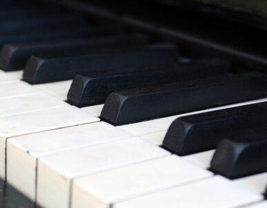 Zagra na fortepianie zabawce w rocznicę urodzin Cage'a